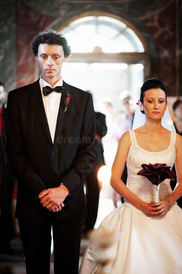 A noiva e o noivo em alteram-se fotografia de stock royalty free