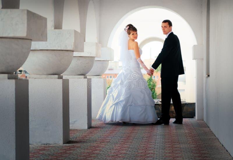 A noiva e o noivo olharam para trás fotos de stock