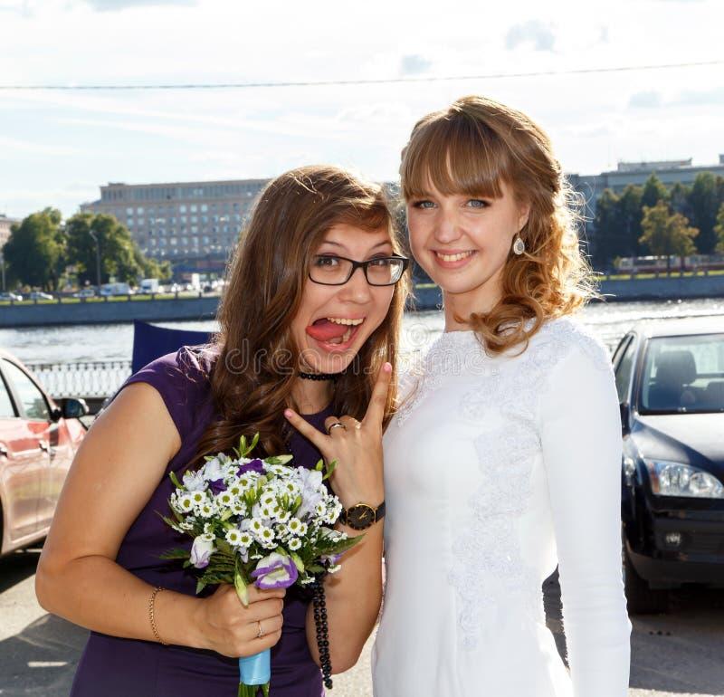 Noiva e sua empregada doméstica do melhor amigo da honra fotografia de stock royalty free
