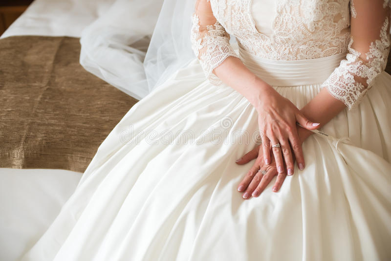 A noiva em seu dia do casamento na manhã imagens de stock royalty free