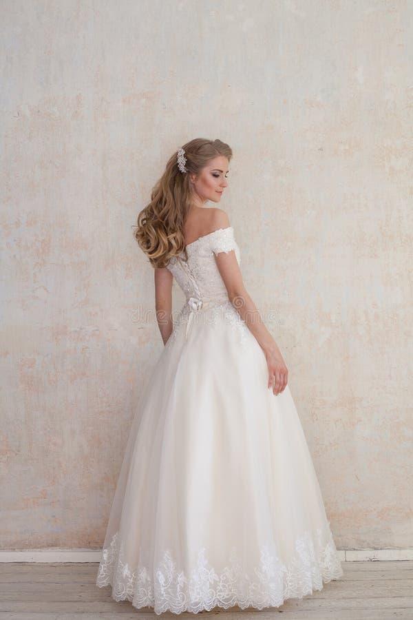 A noiva em um casamento no vestido de casamento branco fotografia de stock royalty free