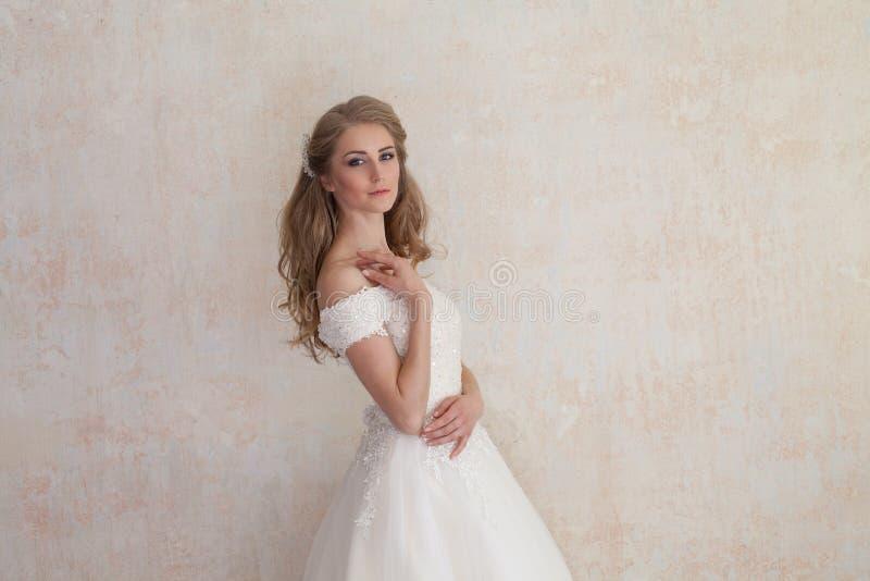 A noiva em um casamento no vestido de casamento branco foto de stock royalty free