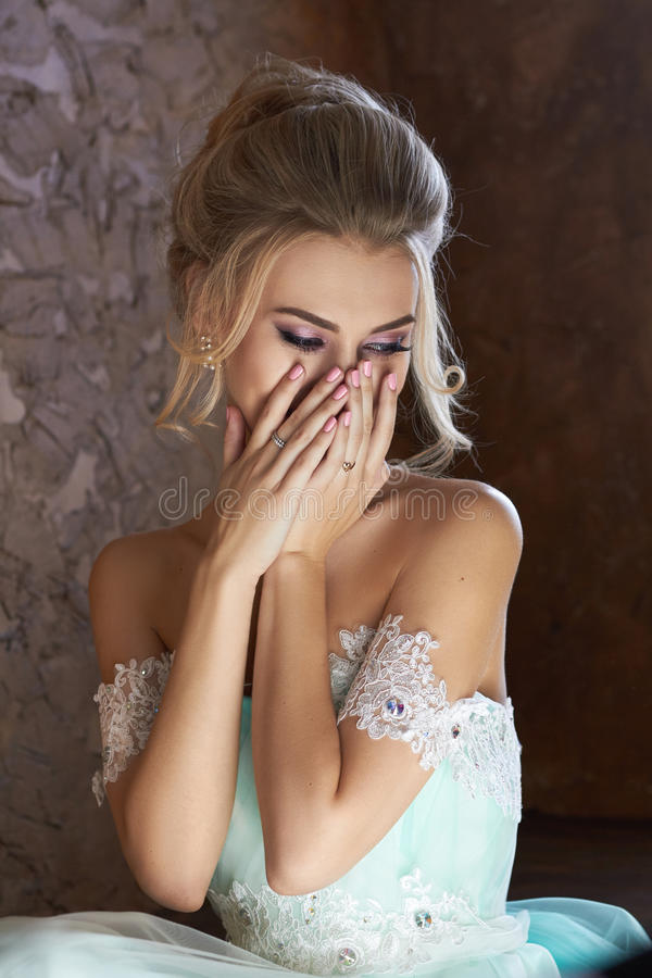 Noiva em um vestido bonito de turquesa em antecipação ao casamento Louro no verde de mar do vestido do laço Noiva feliz, a emoção fotografia de stock