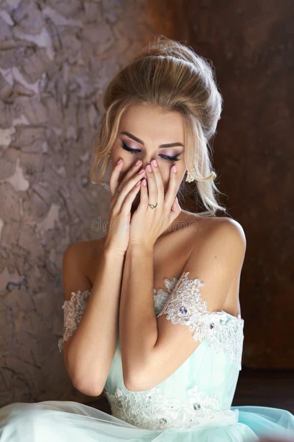 Noiva em um vestido bonito de turquesa em antecipação ao casamento Louro no verde de mar do vestido do laço Noiva feliz, a emoção fotografia de stock royalty free