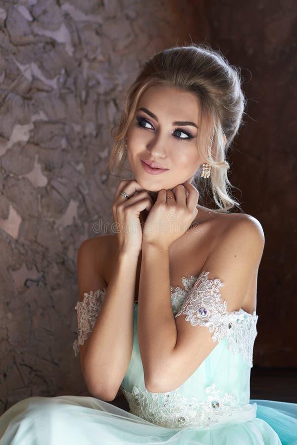Noiva em um vestido bonito de turquesa em antecipação ao casamento Louro no verde de mar do vestido do laço Noiva feliz, a emoção imagem de stock royalty free