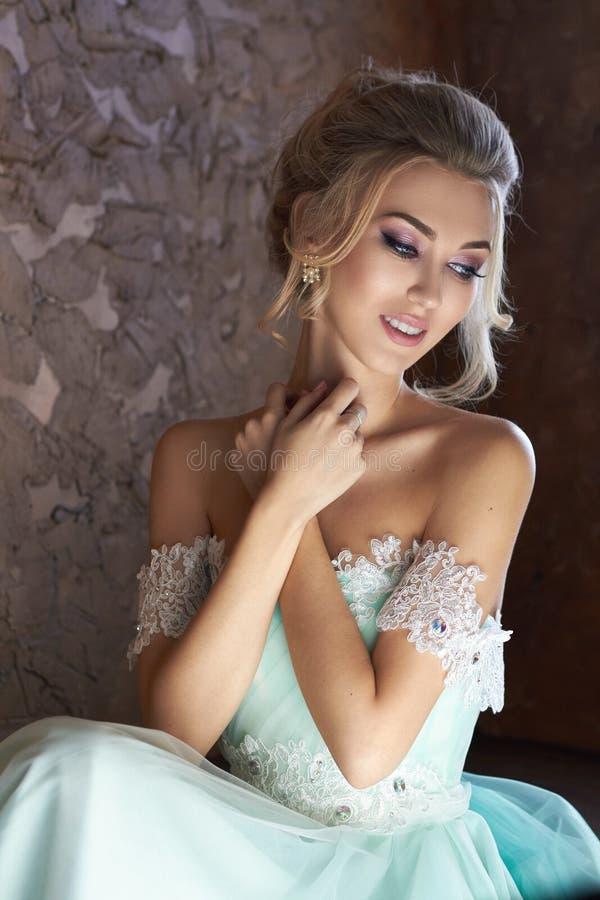 Noiva em um vestido bonito de turquesa em antecipação ao casamento Louro no verde de mar do vestido do laço Noiva feliz, a emoção fotos de stock