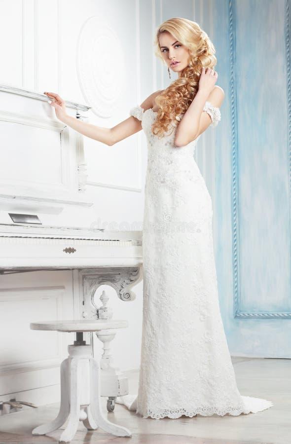 A noiva em um vestido branco fotos de stock royalty free