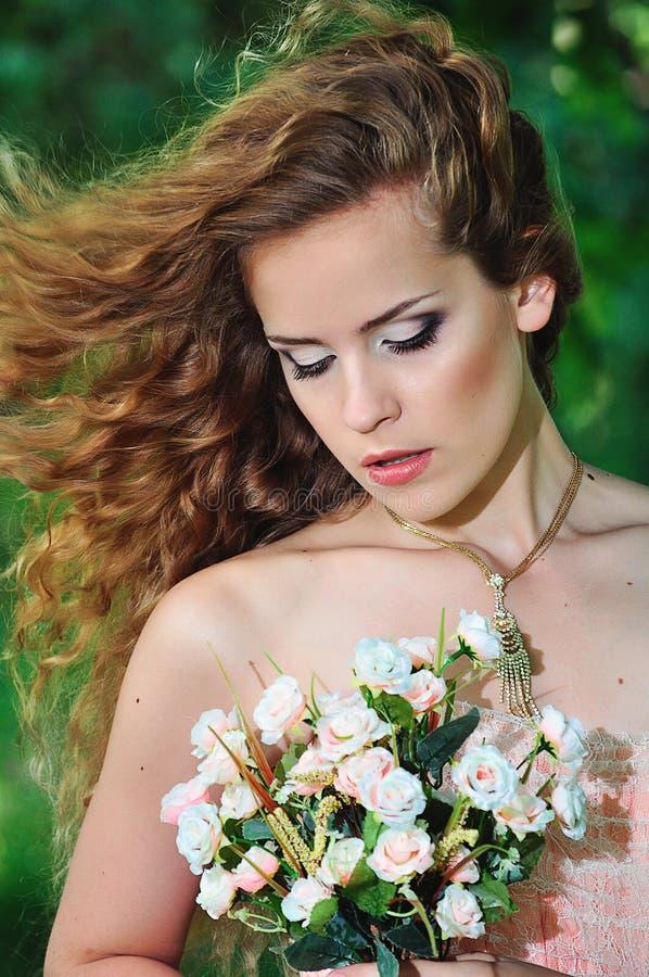 Noiva em um vestido e em um arco cor-de-rosa foto de stock