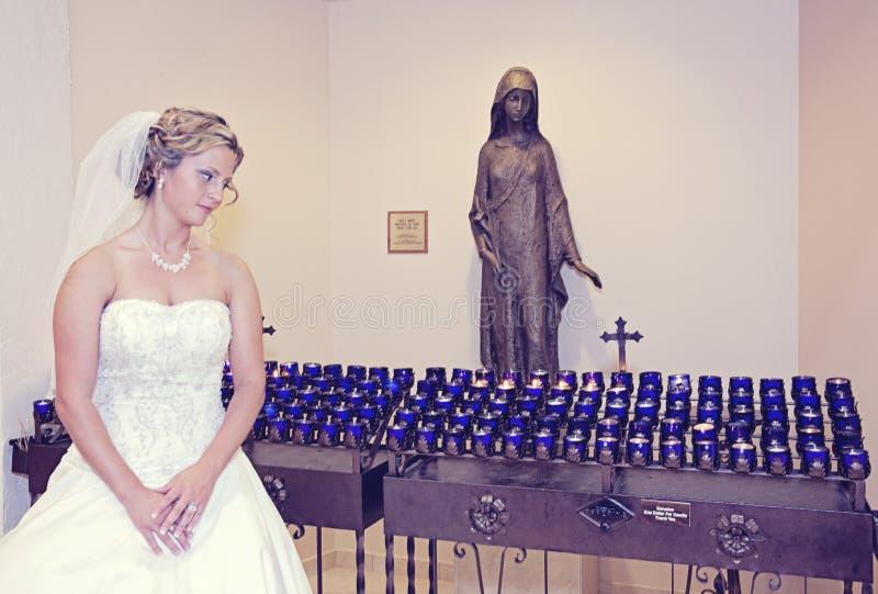 Noiva em uma igreja fotos de stock