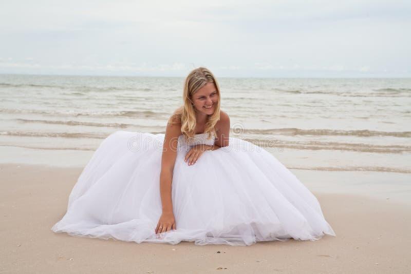 Noiva em uma praia fotos de stock