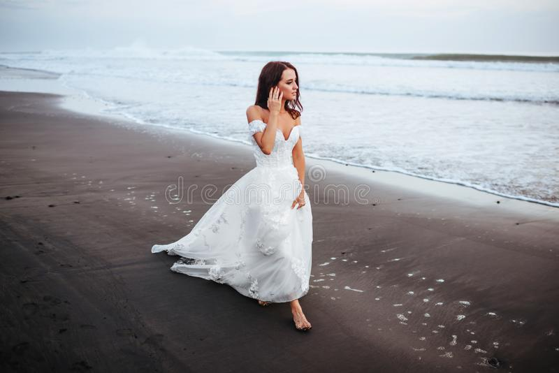 Noiva em uma praia na ?gua azul foto de stock royalty free