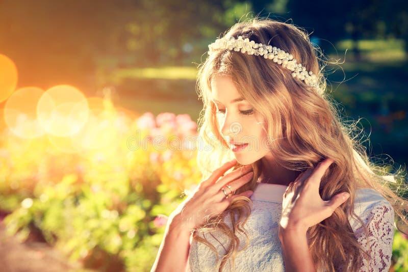 Noiva encantador no fundo morno da natureza imagem de stock royalty free
