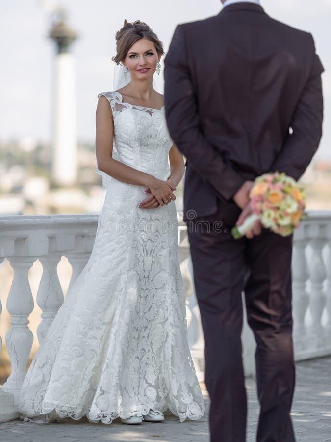 A noiva encontra o noivo que esconde o ramalhete fotos de stock royalty free