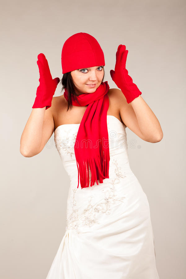 Noiva engraçada com chapéu e o lenço vermelhos foto de stock