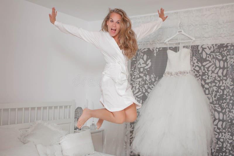 Noiva entusiasmado no vestuario fotografia de stock