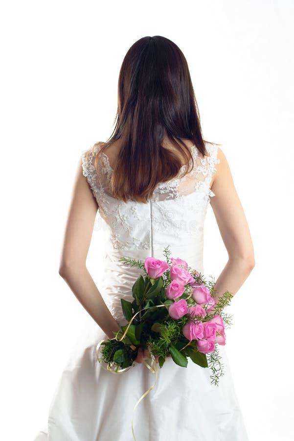 A noiva está estando no vestido de casamento fotografia de stock