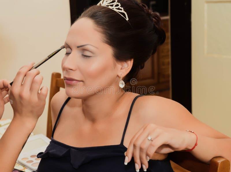 A noiva está preparando-se para o dia do casamento imagens de stock