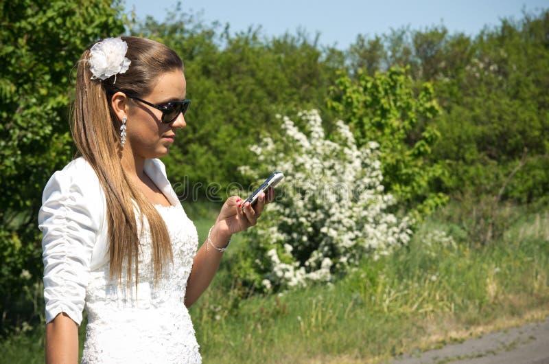 A noiva faz para chamar o telefone celular imagens de stock royalty free