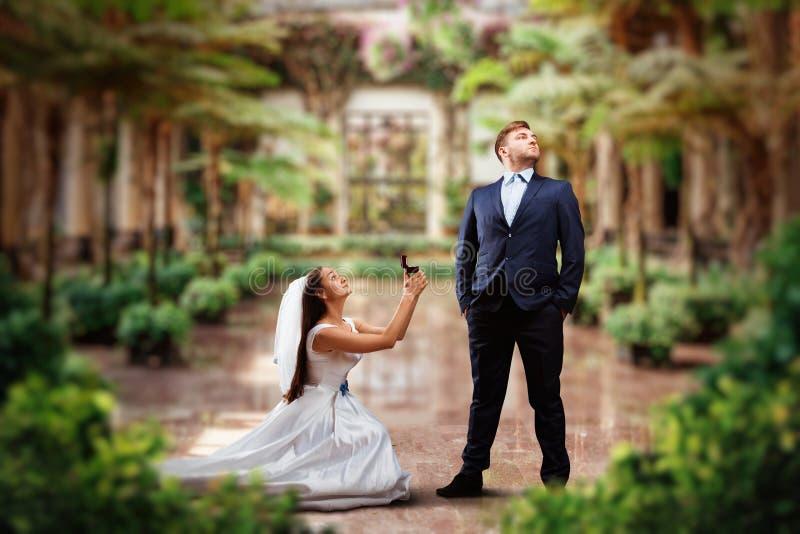 A noiva faz uma oferta no jardim verde fotos de stock royalty free