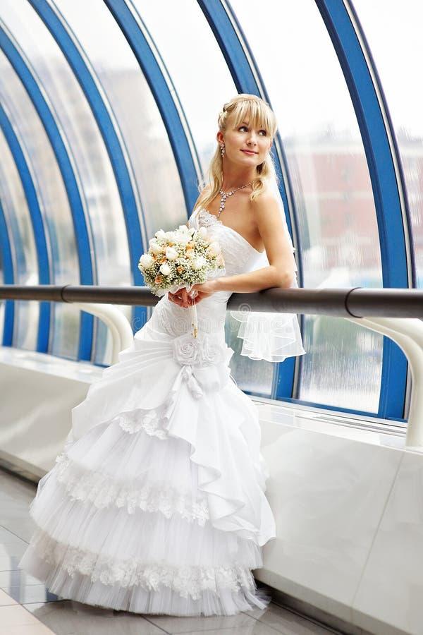 Noiva feliz com o ramalhete do casamento na ponte imagens de stock
