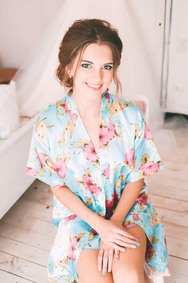 Noiva feliz em sua sala ensolarada fotografia de stock