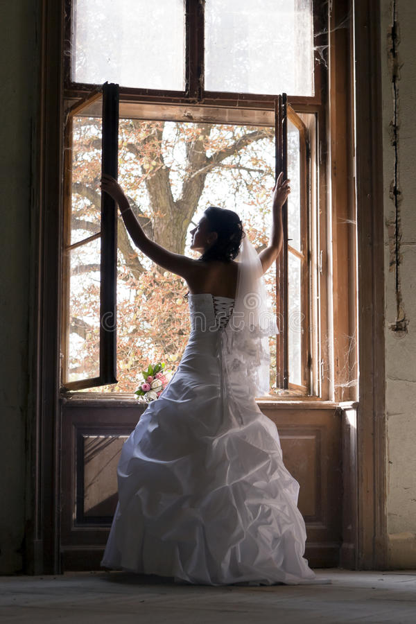 Noiva feliz no vestido cerimonial branco. foto de stock royalty free