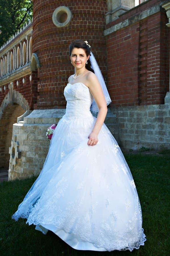 Noiva feliz perto da parede antiga imagem de stock royalty free