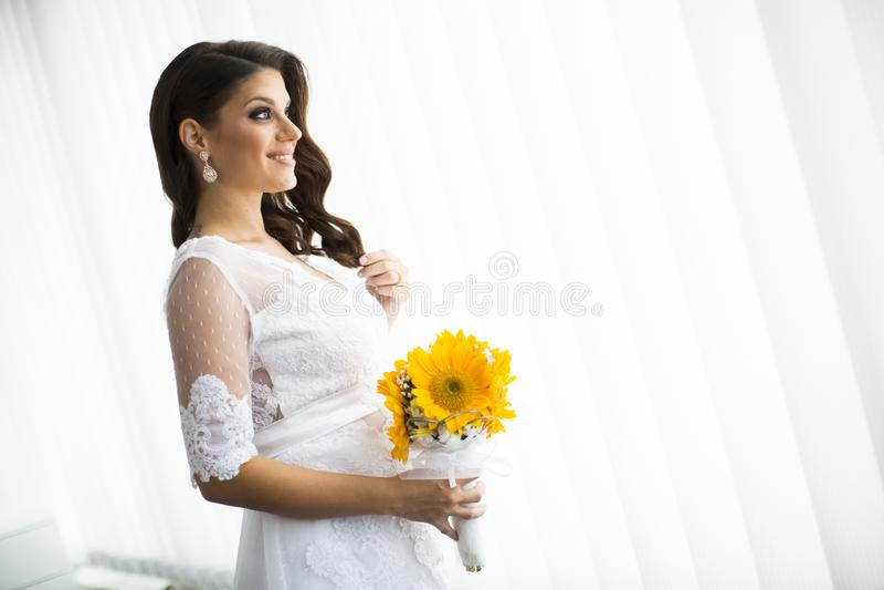 Noiva grávida com um ramalhete dos girassóis imagens de stock royalty free