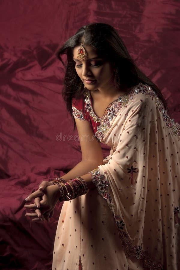 Noiva indiana com jóias e saree foto de stock royalty free