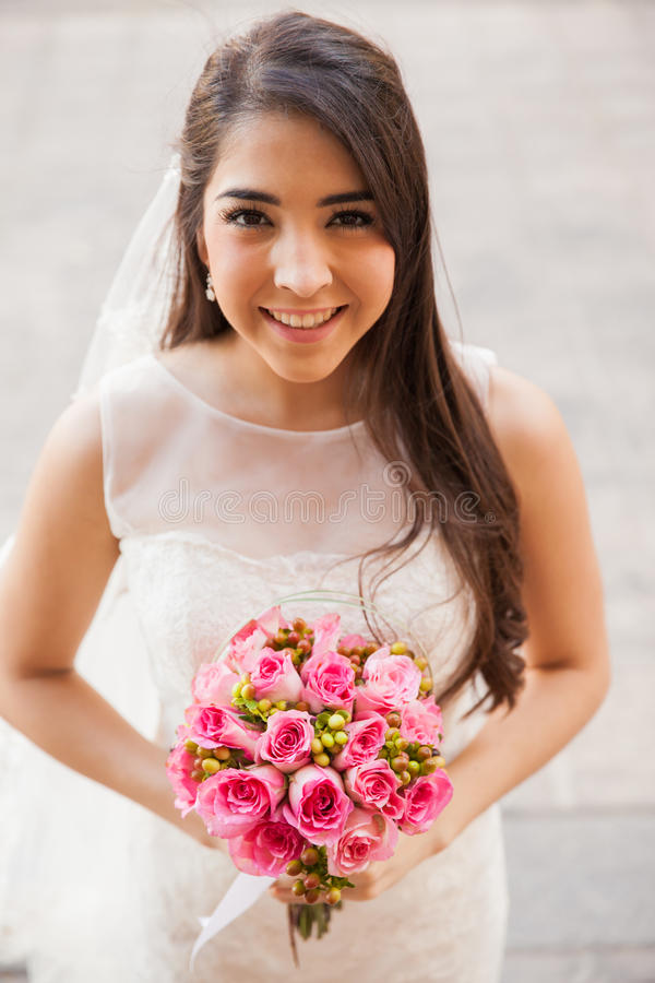 Noiva latino-americano feliz fora fotos de stock royalty free