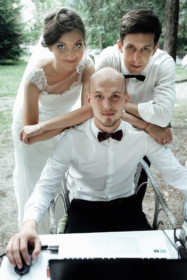 Noiva lindo à moda e noivo elegante com o toastmaster no foto de stock