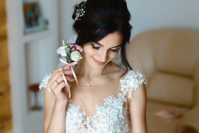 Noiva lindo com retrato do boutonniere boudoir nupcial no dia do casamento mulher bonita que prepara-se para o casamento, guardan fotografia de stock royalty free
