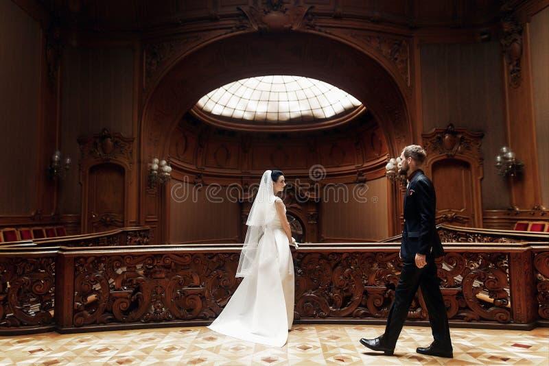 Noiva lindo elegante e noivo à moda que levantam no st de madeira velho fotos de stock royalty free
