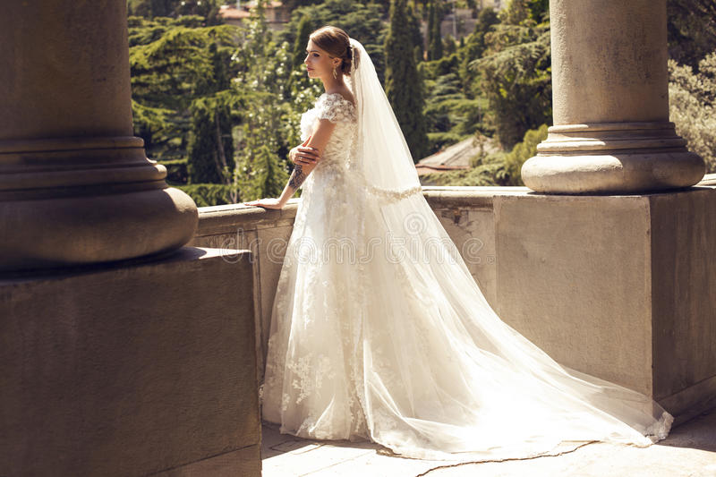 Noiva lindo no vestido de casamento luxuoso imagens de stock royalty free