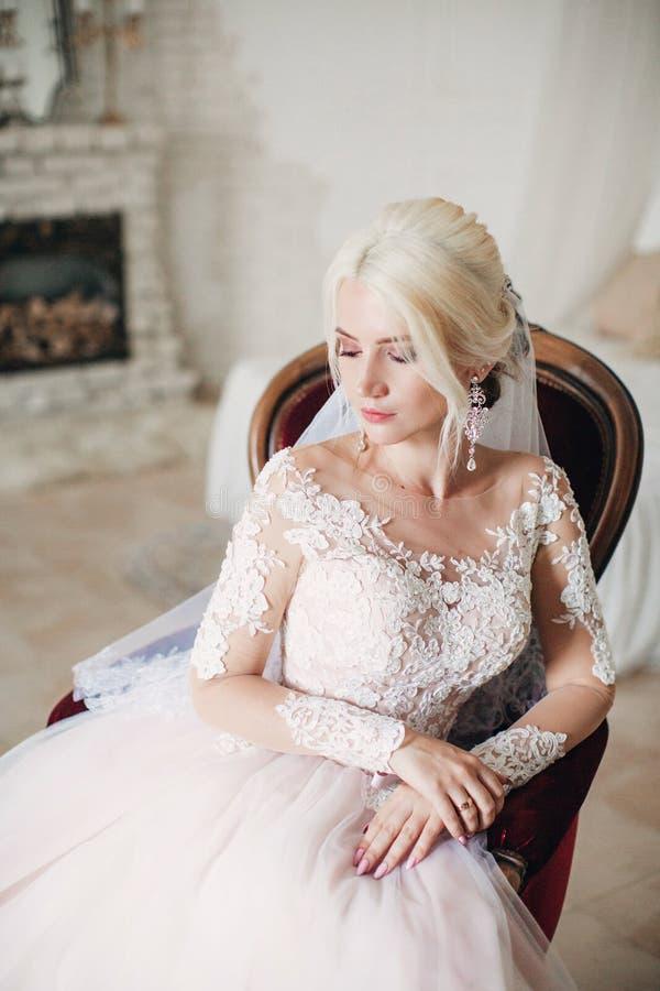 Noiva loura bonita no vestido branco no boudoir imagens de stock