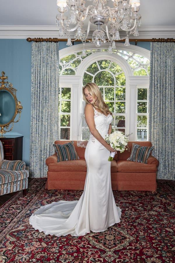 Noiva loura bonita que levanta para seus retratos de casamento imagens de stock royalty free