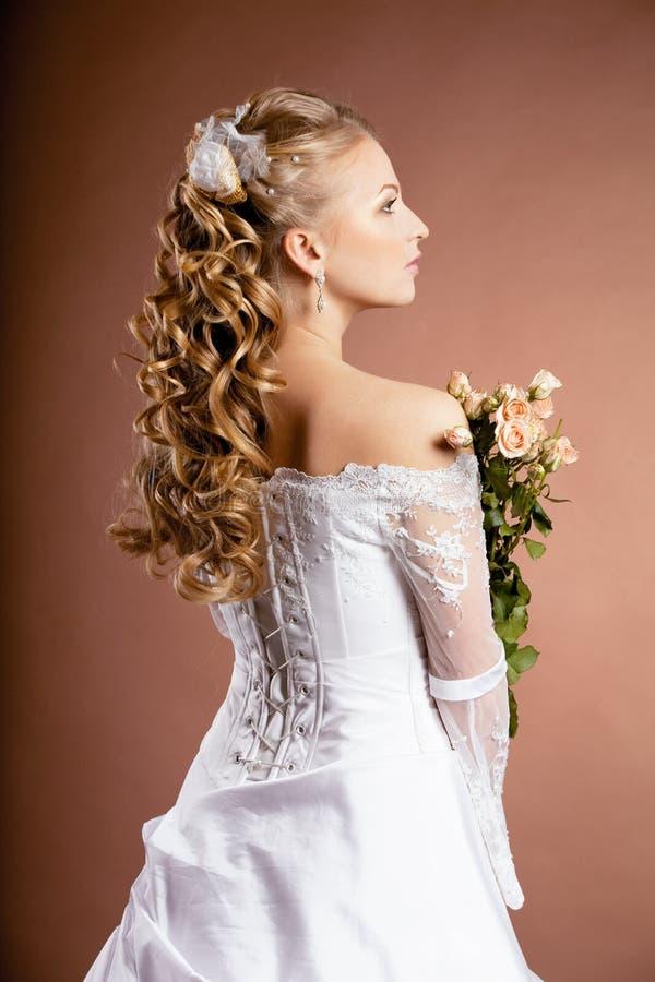 Noiva luxuosa com penteado do casamento fotos de stock royalty free