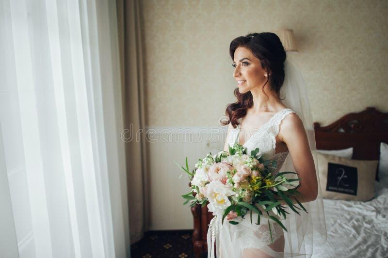 Download Noiva Luxuosa No Vestido Do Vintage Com O Ramalhete Que Levanta No Hote Luxuoso Imagem de Stock - Imagem de bridal, fundo: 107527809