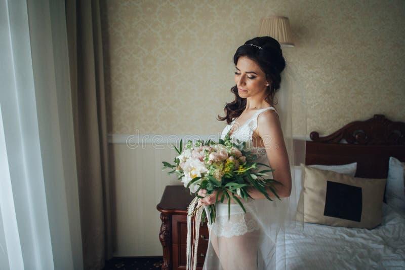 Download Noiva Luxuosa No Vestido Do Vintage Com O Ramalhete Que Levanta No Hote Luxuoso Imagem de Stock - Imagem de bride, gorgeous: 107527995