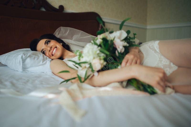 Download Noiva Luxuosa No Vestido Do Vintage Com O Ramalhete Que Levanta No Hote Luxuoso Foto de Stock - Imagem de manhã, senhora: 107528046