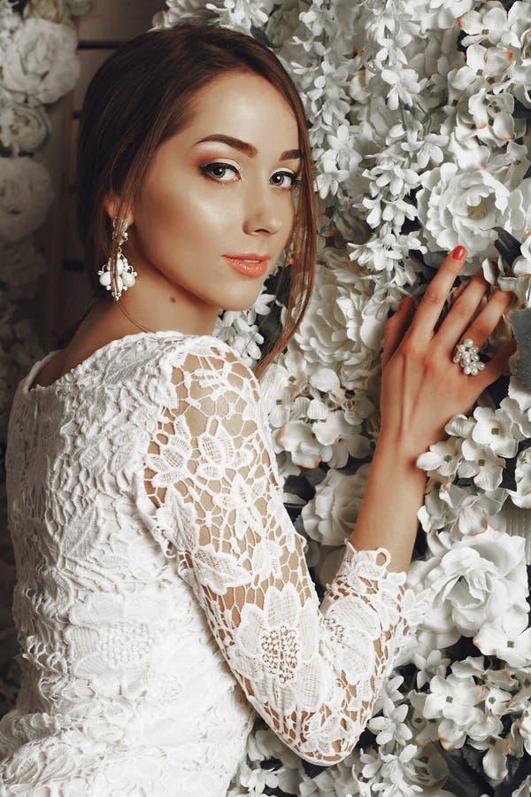 Noiva macia bonita no vestido de casamento elegante do laço fotografia de stock