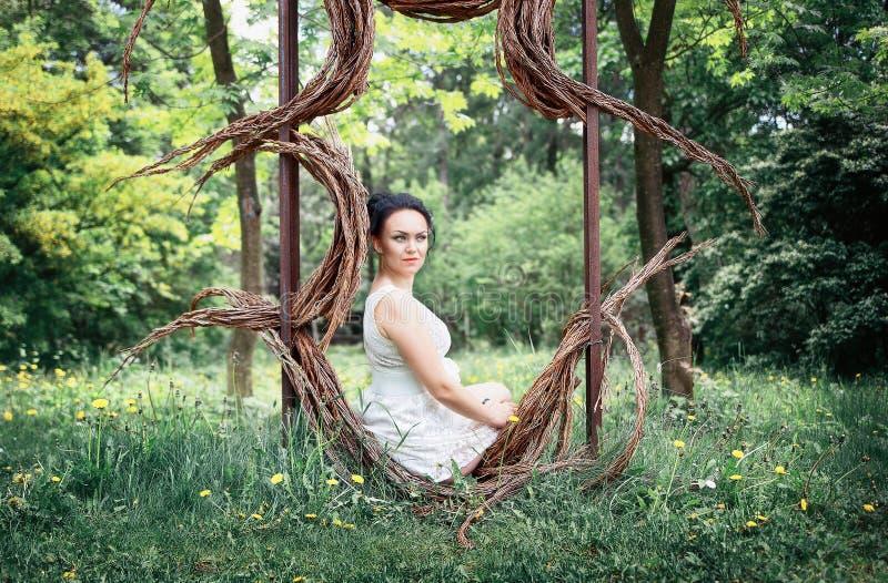 Noiva, menina no vestido branco no parque fotos de stock royalty free