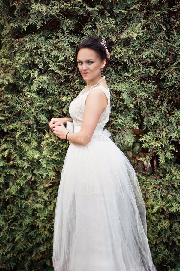 Noiva, menina no vestido branco no parque fotografia de stock