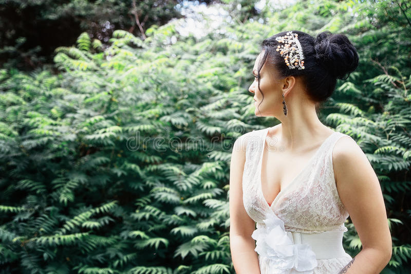 Noiva, menina no vestido branco no parque fotos de stock