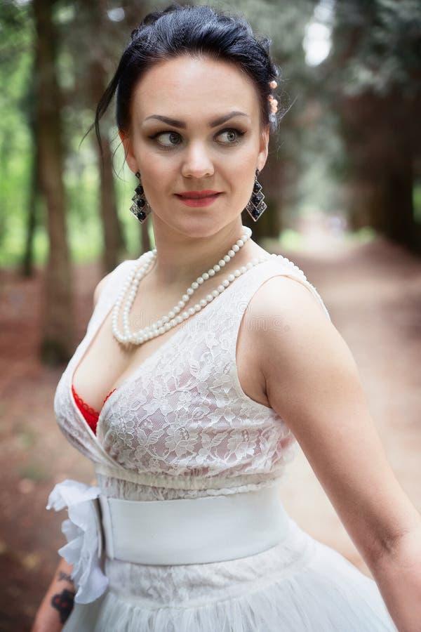 Noiva, menina no vestido branco no parque foto de stock royalty free