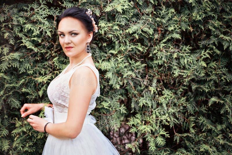 Noiva, menina no vestido branco no parque imagens de stock