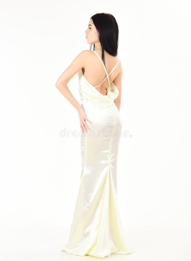 Noiva, menina no vestido gracioso O modelo de forma demonstra o vestido de noite elegante caro ou o vestido de casamento Forma imagem de stock