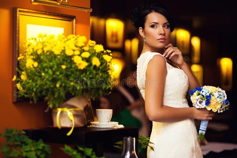 Noiva, morena, flores imagens de stock