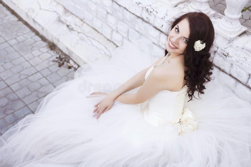 Noiva moreno bonita da mulher em um parque do jardim no casamento branco fotos de stock royalty free