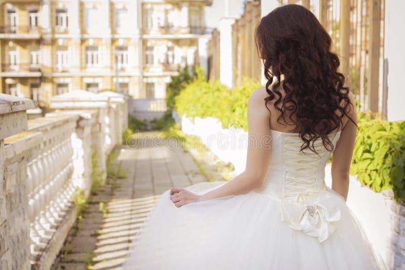 Noiva moreno bonita da mulher em um parque do jardim no casamento branco imagens de stock
